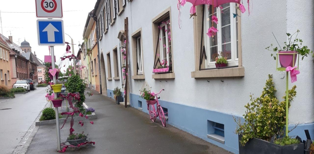 Überall Pink. Dieses kleine Haus ist mit allerlei pinken Dingen dekoriert. Ob Fahrrad oder Regeschirm. Alles ist dabei.